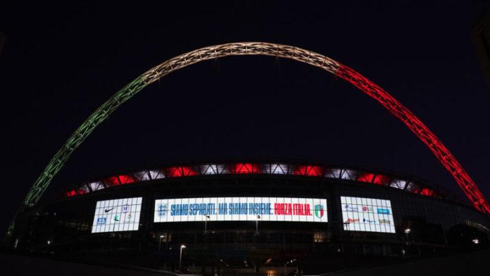 Coronavirus, lo stadio di Wembley omaggia l'Italia: arco illuminato con il tricolore