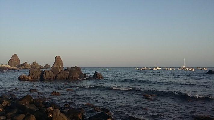 Caos al porto di Aci Trezza, forze dell'ordine e militari americani sul posto: si cerca un disperso in mare?