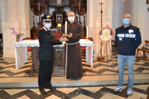 Furto in chiesa, ruba due candelieri barocchi per rivenderli: arrestato 54enne