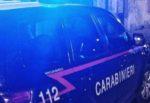 Perquisizione in casa, spacciatore lancia dalla finestra un pacchetto di droga: scattano le manette