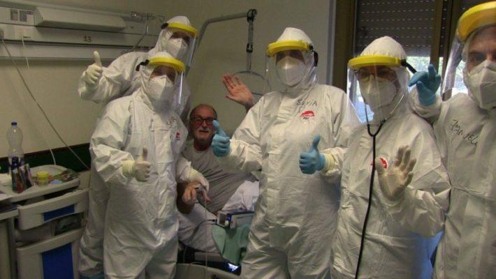 Coronavirus, bergamasco guarito in Sicilia torna a casa: Ettore Consonni accolto dagli applausi di vicini e parenti
