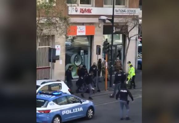 Catania, uomo va in escandescenza in viale Vittorio Veneto: diverse pattuglie lo accerchiano per fermarlo – VIDEO