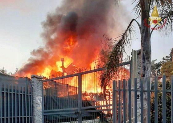 Panico in una villetta, fiamme invadono abitazione: diversi pompieri sul posto