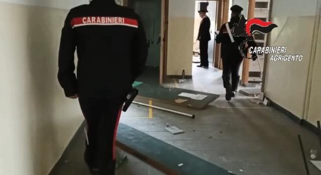 """Furto a """"catena di montaggio"""", sorpresi a rubare infissi in un liceo: due arresti – VIDEO"""