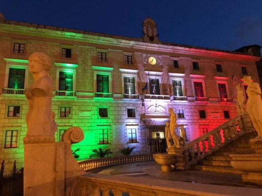 """Emergenza Covid-19, a Palermo Palazzo delle Aquile si illumina dei colori del tricolore: """"Nessuno è solo"""""""