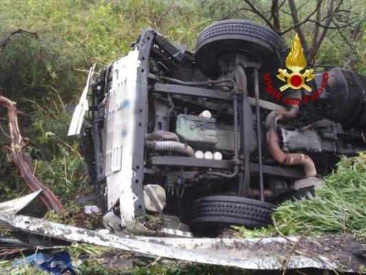Autocisterna si ribalta sulla A18, sul posto i vigili del fuoco: ferito il conducente del mezzo