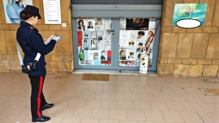 Gravina di Catania, tagliava tranquillamente i capelli a un cliente: sanzionati entrambi