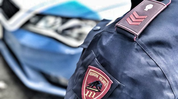 Fugge dal posto di blocco, 25enne su una Peugeot 308 bloccato ad Aci Castello: cocaina in auto