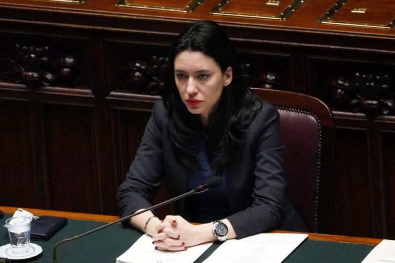 Minacce e insulti sui social: sotto scorta la ministra Lucia Azzolina