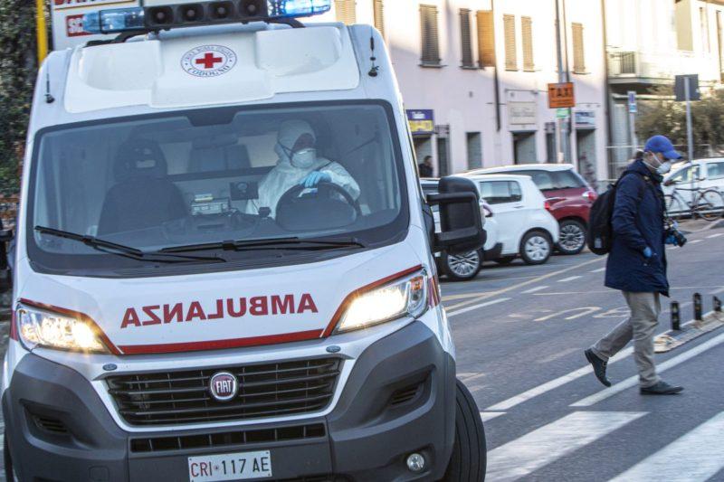 Crollo di grossi calcinacci dal soffitto, anziana colpita in testa e al volto: ferita e portata in ospedale