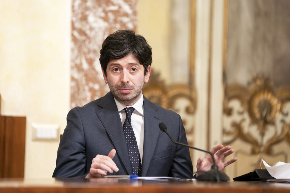 Covid Italia, sì alle cure con gli anticorpi monoclonali: approvazione di Aifa e del ministro Speranza