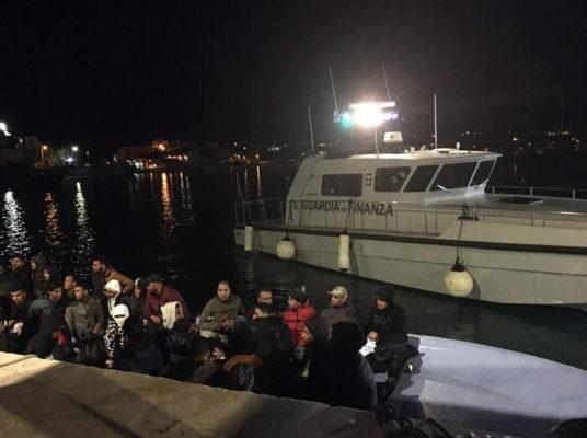 Lampedusa, altri due sbarchi durante la notte: i cittadini in strada a protestare