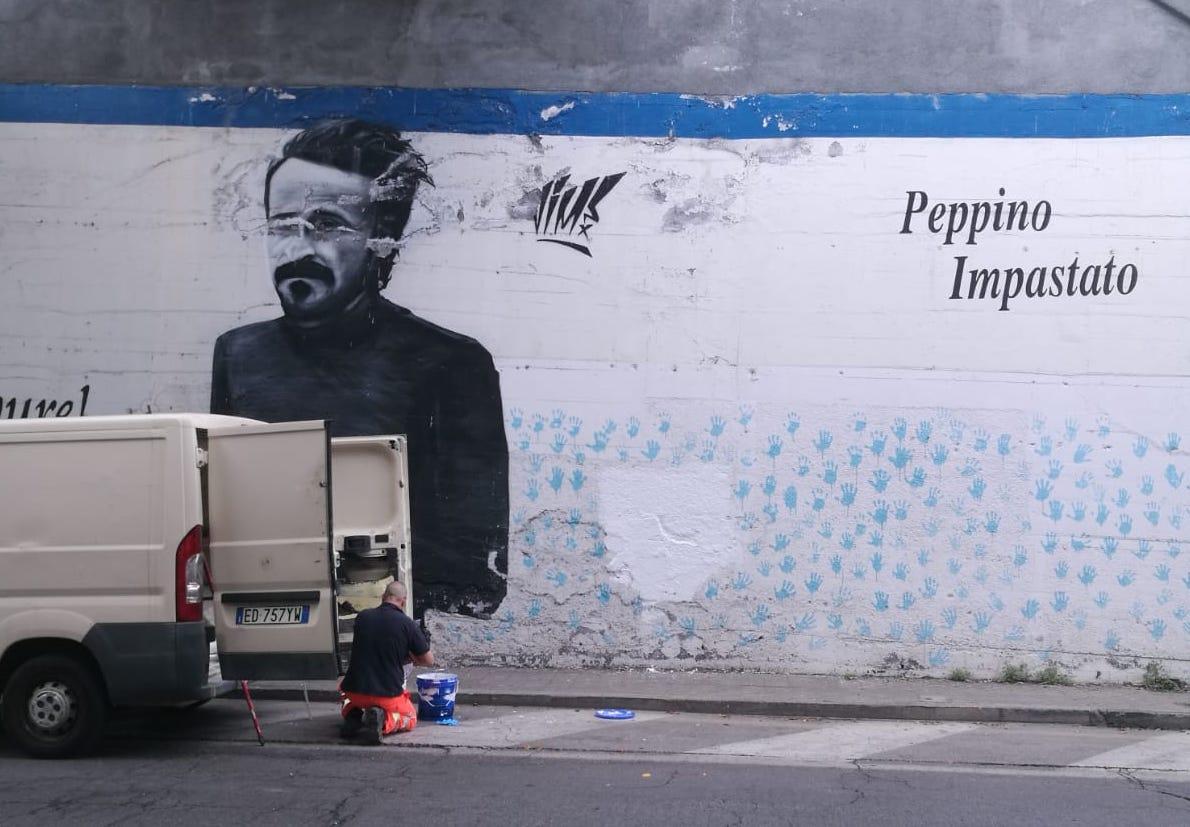 Catania, la legalità vince sull'inciviltà: rimosse le scritte sul murales di Peppino Impastato