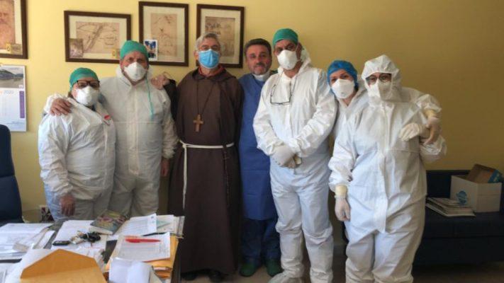 """Caltagirone, visita a sorpresa del vescovo nel reparto Covid dell'ospedale: """"Un saluto al personale e ai malati"""""""