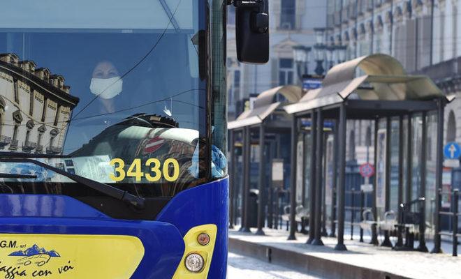 """""""Non può salire senza mascherina"""", folle aggressione sull'autobus: arrestata coppia"""