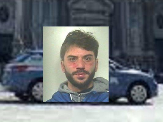 Catania, cede cocaina a un cliente mentre passa la polizia: in manette 27enne