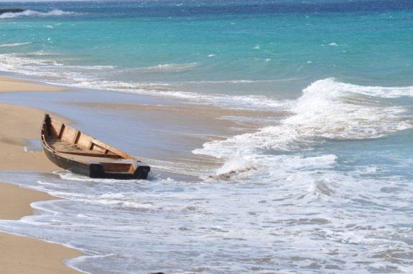 """Sbarco """"fantasma"""", imbarcazione abbandonata in spiaggia e persone fuggite: forze dell'ordine in azione"""