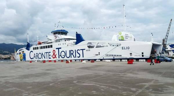 Disagi sul traghetto, portellone si stacca dalla nave e cade in mare: tensione tra passeggeri