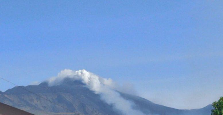 """Etna in """"fermento"""", attività esplosiva dal nuovo cratere di Sud Est ed emissione di cenere"""