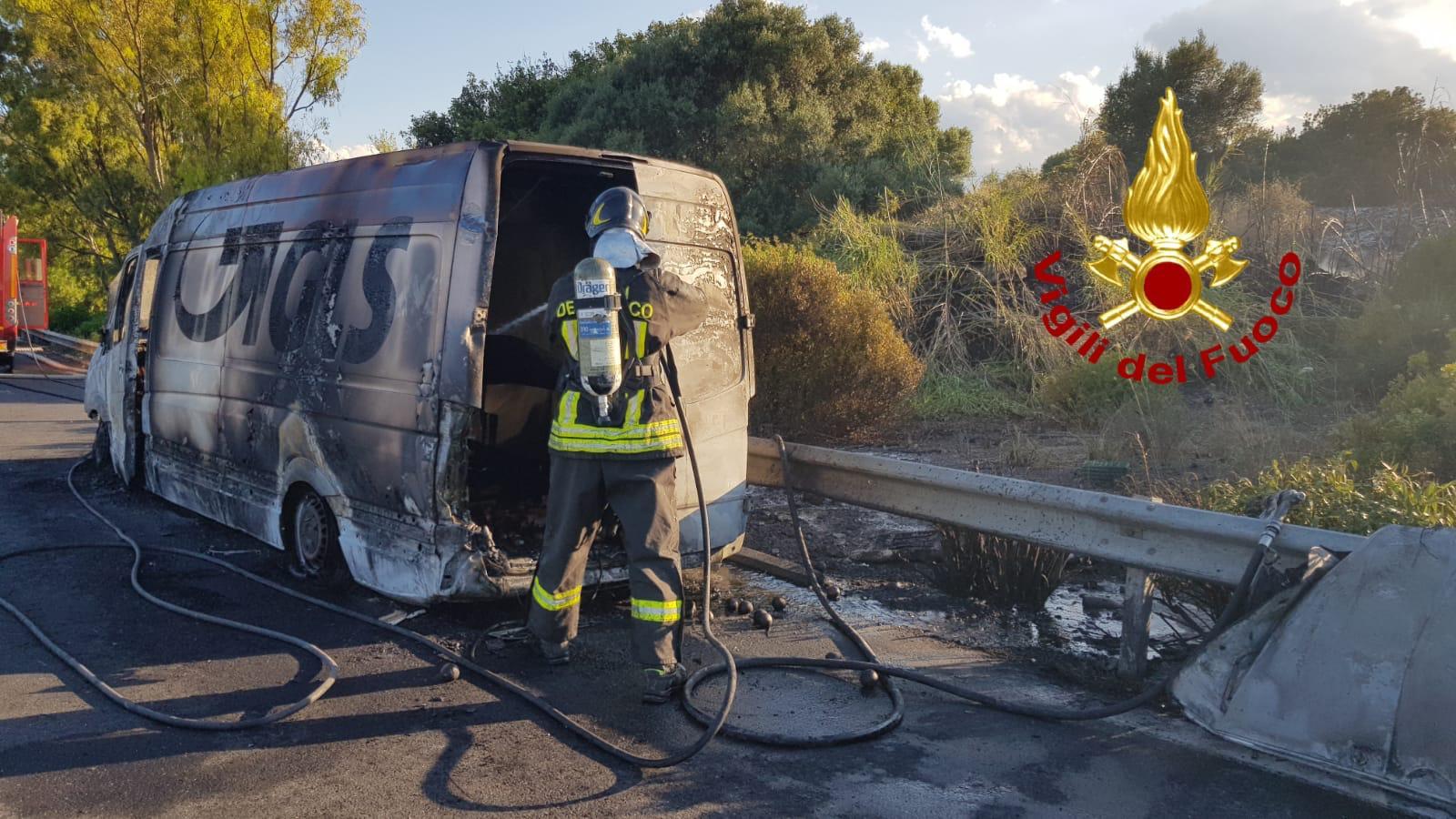 Paura sulla Catania-Siracusa, furgone GLS prende improvvisamente fuoco: autorità sul posto