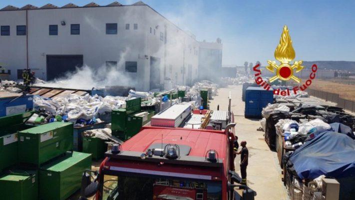 Giornata di incendi nel Siracusano: dall'autocarro in fiamme sulla Strada Statale 114 al rogo in magazzino