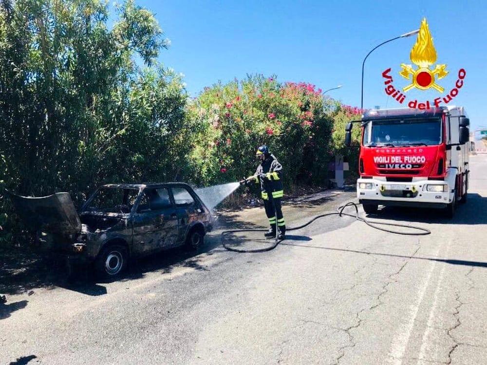Paura sull'autostrada A20: auto divorata dalle fiamme lungo la carreggiata