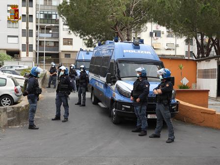 Tensione a Librino, col Reddito di Cittadinanza in un appartamento del Comune: familiari e vicini aggrediscono gli agenti
