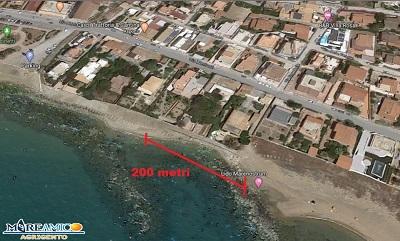"""""""Indietro come i gamberi"""", altre due aree diventate non balneabili: fogna in spiaggia e ferri in mare"""