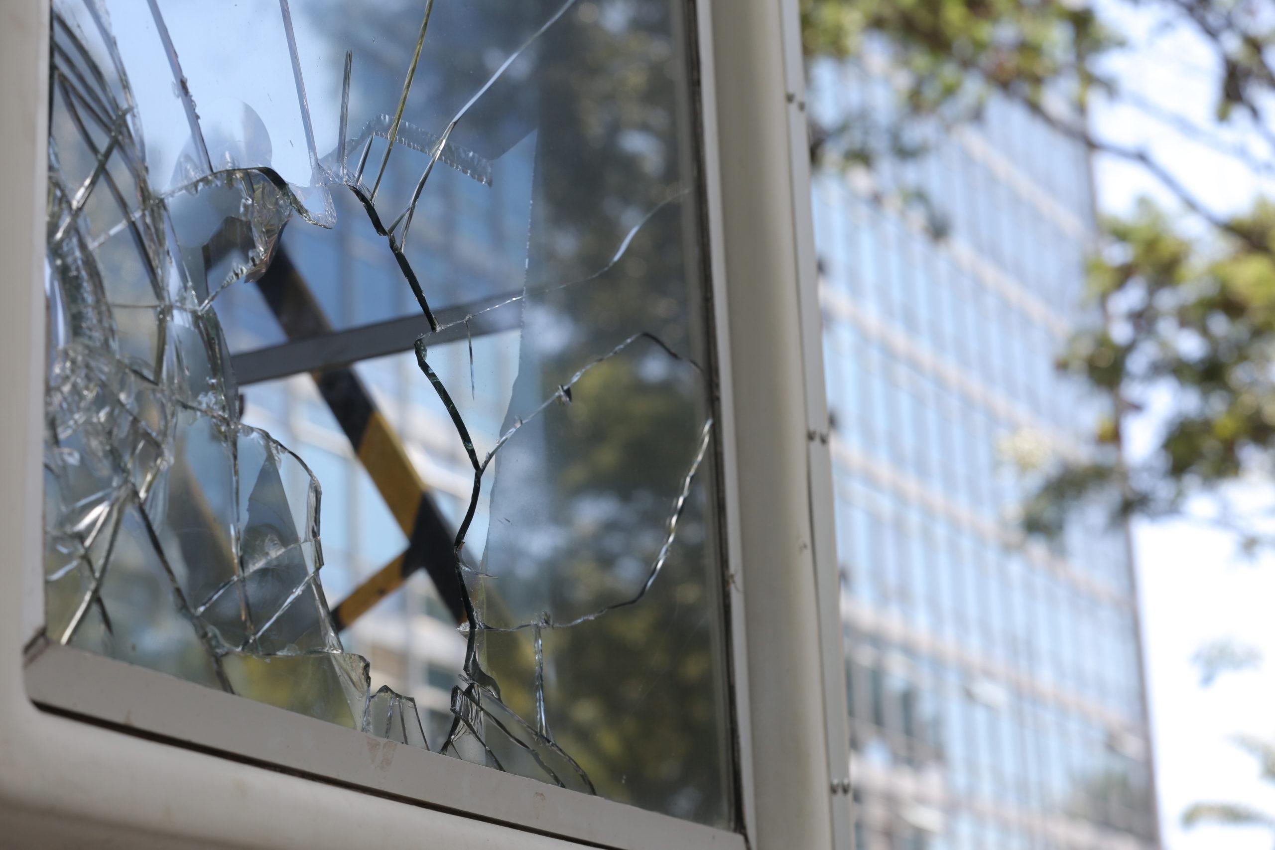 """Atto vandalico in scuola dell'infanzia, danneggiati infissi e finestre: nessun furto, """"mero interesse di fare danno"""""""