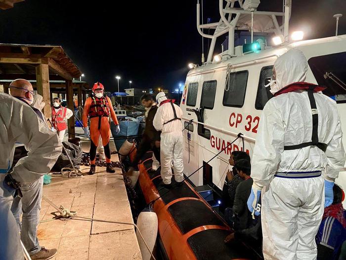 Sbarco in serata: 135 migranti soccorsi da Guardia Costiera e Guardia di Finanza