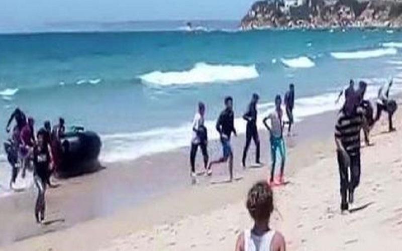Sbarco 400 migranti in spiaggia, fuga sulla Statale: automobilisti fermati per passaggi e acqua
