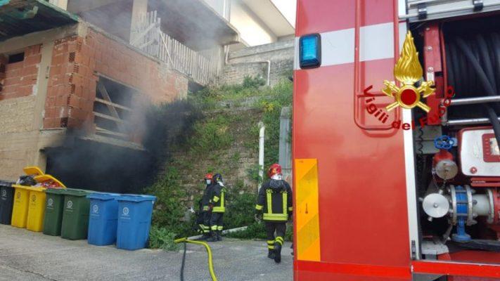 Fumo nero e fiamme, apprensione in via San Giovanni: scoppia incendio in un seminterrato – FOTO