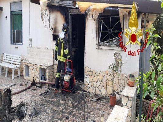Un corto circuito e le fiamme divampano all'interno di una casa: distrutto il piano terra