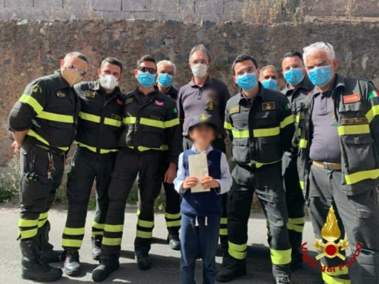Bimbo catanese scrive ai suoi eroi: i vigili del fuoco lo sorprendono e gli fanno visita – FOTO