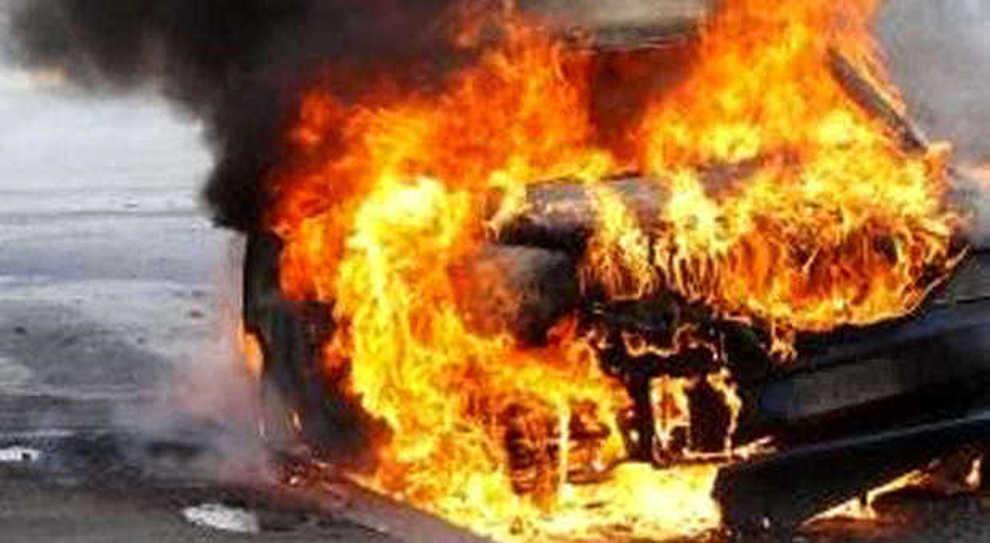 La follia dopo la fine della relazione, incendia l'auto del padre della ex: arrestato piromane