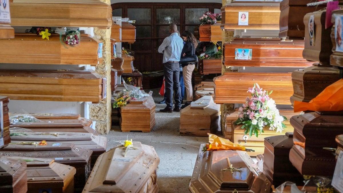 Carenza di sepolture, oltre 500 bare in attesa al cimitero Rotoli: bloccati gli scavi per i nuovi loculi