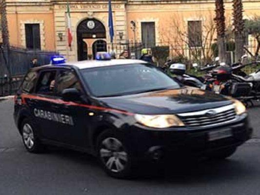 """Catania, 43enne insulta e tortura la vicina di casa: """"Apri la porta che ti ammazzo!"""""""