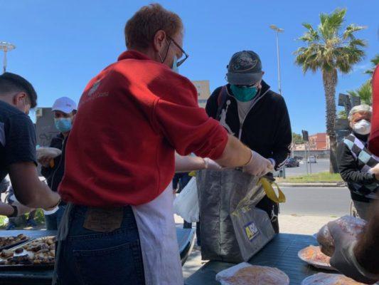 Solidarietà a Catania, la Caritas Diocesana distribuisce giornalmente panini e piatti caldi all'Help Center
