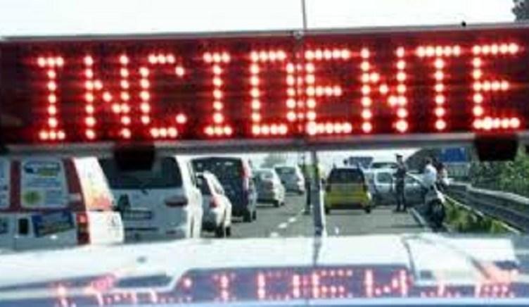 Maxi incidente a catena in via Roma, tre auto contro due moto: almeno tre feriti in ospedale