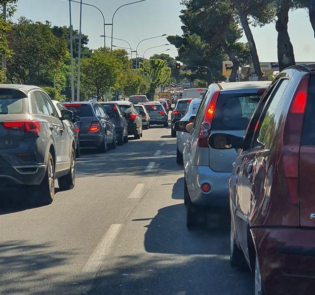 Catania, grave incidente in via Santa Sofia, auto ribaltata e conducente tra le lamiere