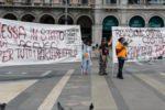 Manifestazione dei 'gilet arancioni' in piazza Duomo a Milano