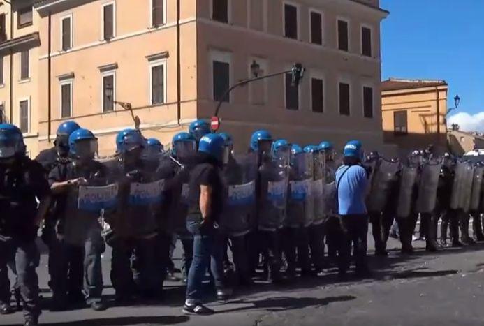 Tensione al Circo Massimo, lancio fumogeni durante manifestazione Fn