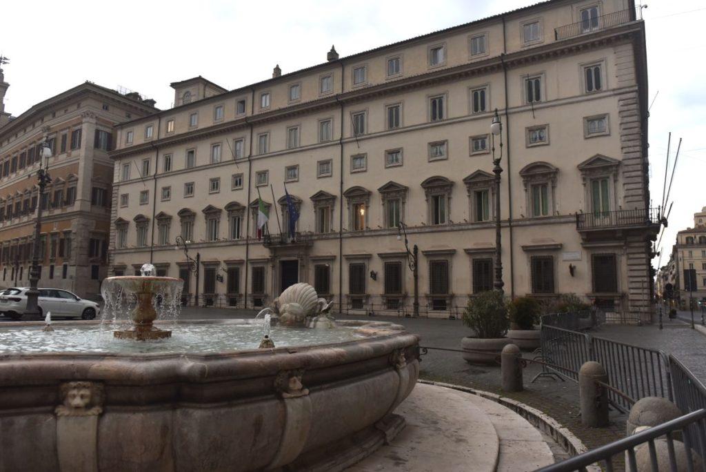 Covid-19, c'è la firma di Draghi sul Dpcm: a Palazzo Chigi conferenza di Speranza e Gelmini