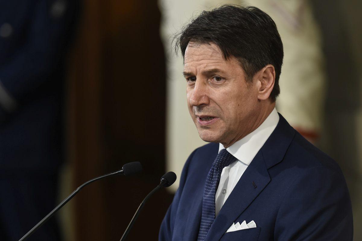 """Contagi esplosi in Italia, da domani nuove regole in vigore. Conte: """"Mascherina anche a casa con amici e parenti"""""""