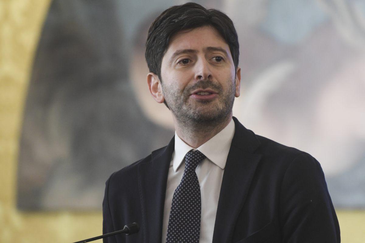 Coronavirus, ministro Speranza annuncia l'arrivo del vaccino in Italia: due dosi a persona, da gennaio