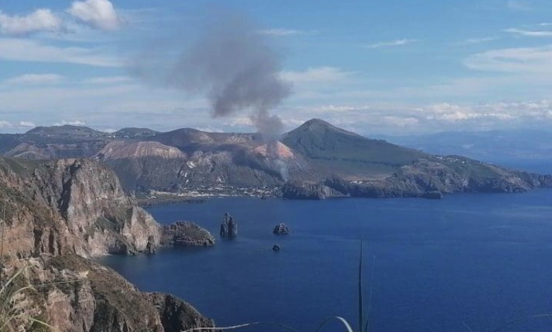 Incendio a Vulcano, il forte vento spinge le fiamme: intervento di pompieri, Protezione civile e Canadair