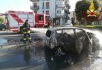 Paura in strada, auto prende fuoco durante la marcia: in pericolo tre donne