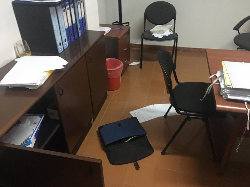 Raid vandalico negli uffici comunali: stanze a soqquadro e oggetti a terra