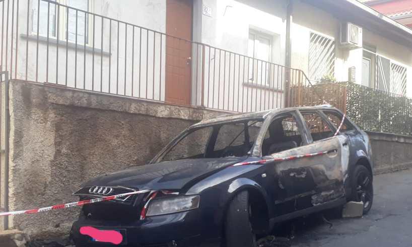 Audi in fiamme nel cuore della notte in corso Sicilia: intervengono vigili del fuoco e carabinieri