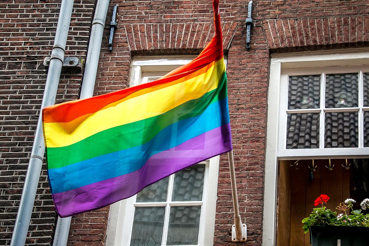 """Chiesa e comunità LGBT, Papa Francesco cambia la storia: """"Gli omosessuali meritano una famiglia, approviamo le unioni civili"""""""